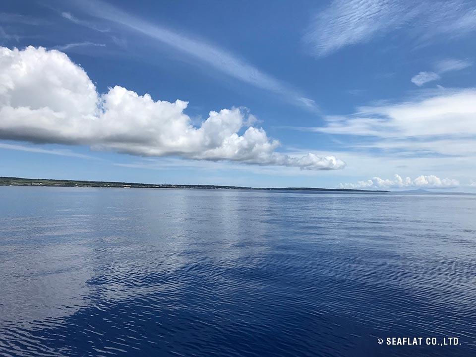 静寂、夏の空と海